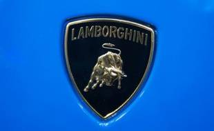 Le logo de la marque automobile Lamborghini sur un modèle Huracan , lors du 66e salon de l'automobile de Francfort, le 14 septembre 2015.