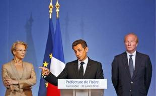 Nicolas Sarkozy (au centre) entouré de Michèle Alliot-Marie et de Brice Hortefeux, lors de son discours de Grenoble, le 30 juillet.