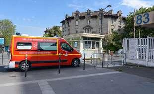 A l'entrée de l'hôpital universitaire de la Pitié Salpêtrière à Paris.