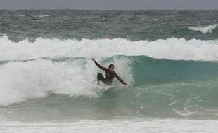 Les plages restaient fermées sur une partie de la côte ouest de l'Australie, au lendemain de la mort d'un surfeur tué par un requin, une attaque qui a relancé le débat sur le statut d'espèce protégée attachée à cet animal.