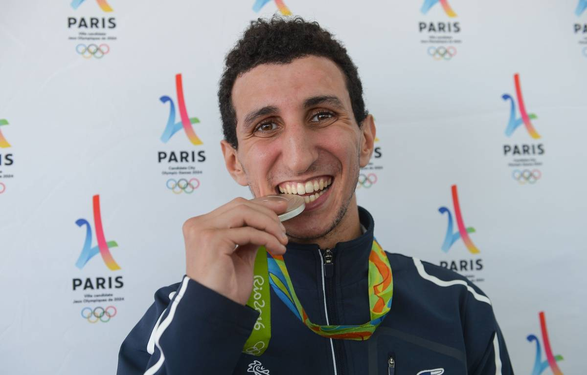 Le boxeur Sofiane Oumiha à Paris, le 23 août 2016, avec sa médaille d'argent obtenue aux Jeux olympiques de Rio. – I. Harsin / A. Robert / Sipa