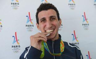 Le boxeur Sofiane Oumiha à Paris, le 23 août 2016, avec sa médaille d'argent obtenue aux Jeux olympiques de Rio.