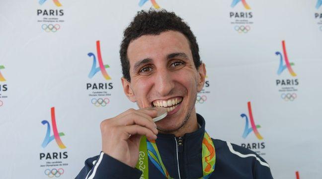 Le boxeur Sofiane Oumiha à Paris, le 23 août 2016, avec sa médaille d'argent obtenue aux Jeux olympiques de Rio. Ph. I. Harsin / A. Robert / Sipa