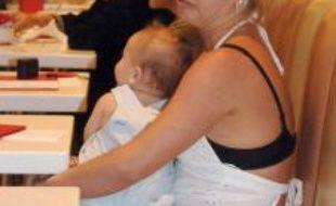Très vite, les tabloïds américains mettent en cause sa façon de s'occuper de son enfant. Jugée irresponsable, Britney multiplie les comportements dangereux sous les objectifs des paparazzi.