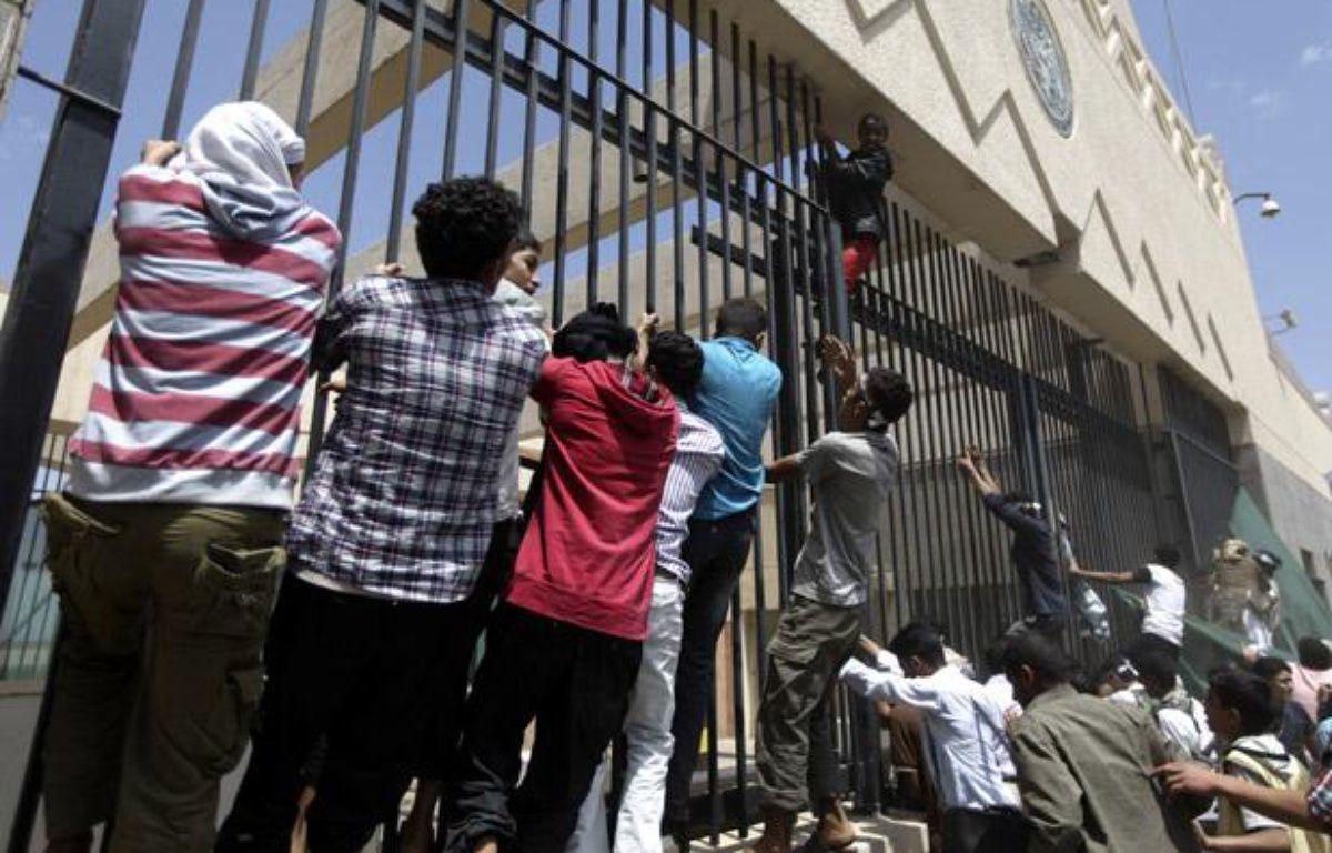 Le 13 septembre 2012, des manifestants ont attaqué l'ambassade américaine à Sanaa, au Yémen. – AL-SAYAGHI / REUTERS
