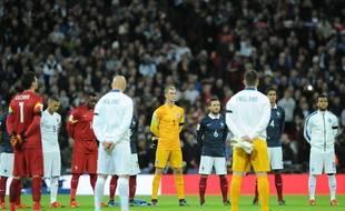 L'équipe de France et l'équipe d'Angleterre respectent une minute de silence à Wembley le 17 novembre 2015.