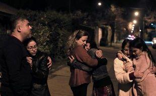 Des personnes évacuées dans la rue le 16 septembre 2015 à Santiago au Chili en raison d'un puissant séisme