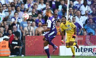 Le gardien du TFC Zacharie Boucher et le défenseur Marcel Tisserand lors du match de Ligue 1 entre Toulouse et le Paris-Saint-Germain, le 27 septembre 2014.
