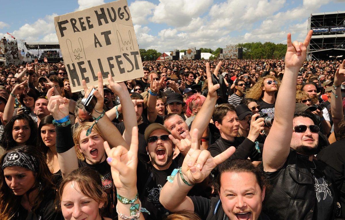 Des fans de heavy metal au Hellfest 2012 à Clisson (Loire-Atlantique). – SALOM-GOMIS SEBASTIEN / SIPA