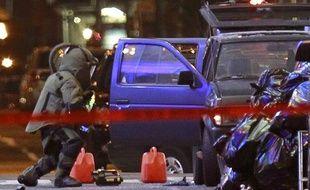 Un policier de la brigade de déminage examine le véhicule piégé par une bombe artisanale à Times Square de New York, le 1er mai 2010.