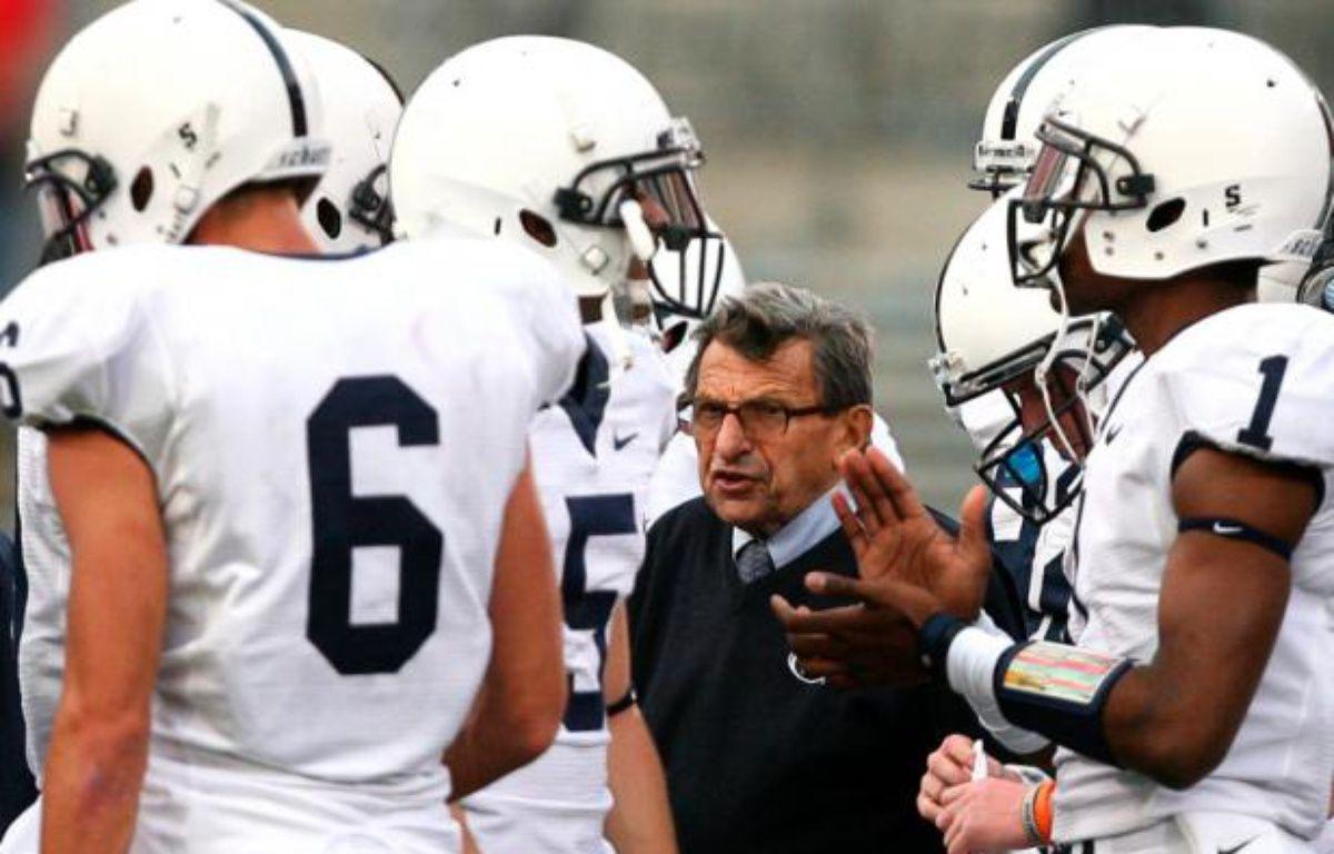 Le coach Joe Paterno, au milieu de joueurs de football de l'université de Penn State. – M.SULLIVAN/REUTERS