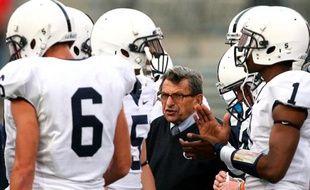 Le coach Joe Paterno, au milieu de joueurs de football de l'université de Penn State.