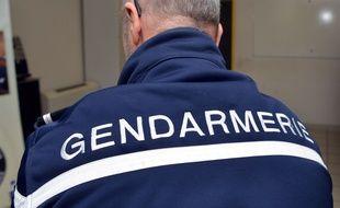 Le dos d'un gendarme français. (illustration)