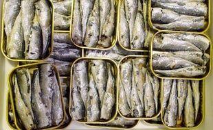 Les sardines en boîte fêtent leurs 200 ans et les conserveries misent sur le capital sympathie de ce produit populaire et pratique pour faire accepter aux consommateurs des hausses de prix inévitables tant l'approvisionnement devient compliqué.
