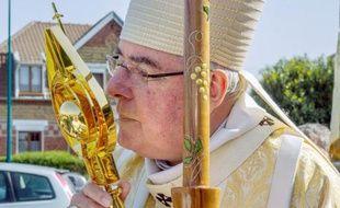L'archevêque de Cambrai tient une relique de Jean-Paul II à Waziers, dans le nord de la France, le 4 mai 2014