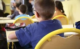 Un élève dans une classe d'école élémentaire