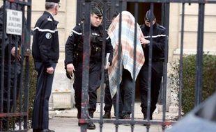 Willy Bardon, la tête recouverte d'une couverture, le 18 janvier 2013 à Amiens