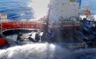 Image du 25 février 2013 et fournie le 26 à l'AFP montre le navire Sea Shepherd de Bob Barker heurtant le tanker de la flotte baleinière japonaise San Laurel dans les eaux gelées de l'Antarctique