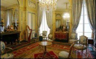 Les collections très éclectiques, que l'on découvre en suivant deux parcours chronologique et thématique, peuvent associer dans une même salle le trône de Napoléon et le projet très contemporain et minimaliste du futur trône de l'empereur du Japon.