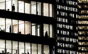 Des employés dans une tour du quartier d'affaires de La Défense, à Paris.