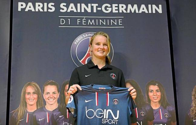 La joueuse du PSG, Lindsey Horan, lors de sa présentation avec son nouveau maillot, le 6 septembre 2012 à Paris.