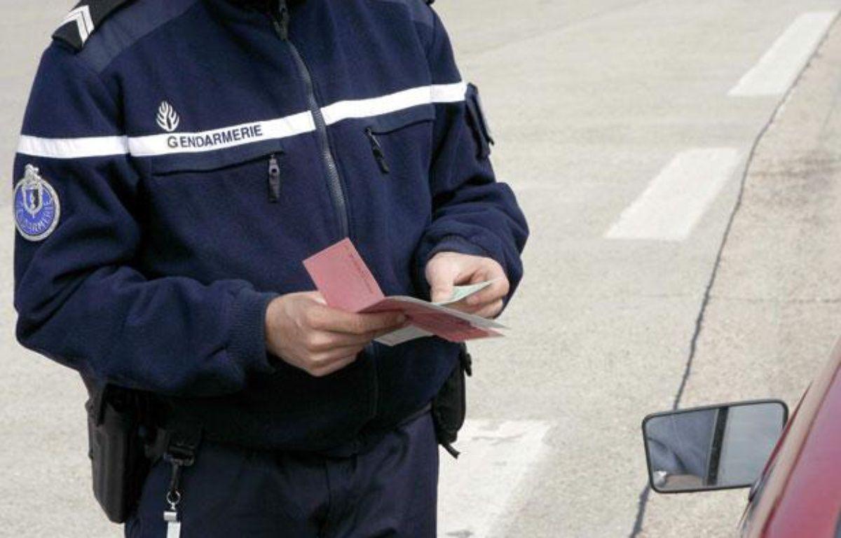 Illustration permis de conduire: Contrôle de gendarmerie à Nemours (Seine-et-Marne), le 3 juin 2006. – SEL AHMET/SIPA