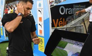 L'arbitre vérifie l'écran de la vidéo, avant OM-TFC.