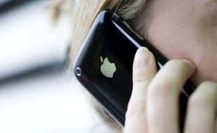 Un utilisateur d'iPhone au téléphone.