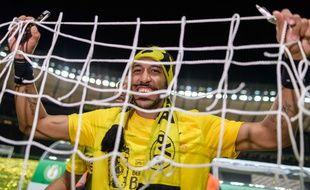 Pierre-Emerick Aubameyang fête le titre remporté par Dortmund en Coupe d'Allemagne, le 27 mai 2017.