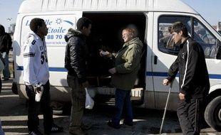 La Belle étoile distribue des repas aux immigrants à Calais, le 2 mars 2009.