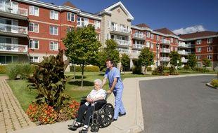 Les retraités doivent compter sur les aides publiques et leurs ressources personnelles pour financer leur hébergement en maison de retraite.