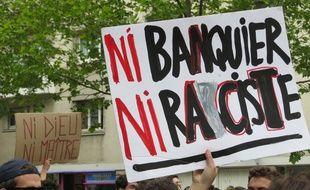 Paris, le 27 avril 2017. - La manifestation lycéenne dans les rues de Paris en réaction à l'affiche du second tour de l'élection présidentielle opposant Emmanuel Macron à Marine Le Pen.