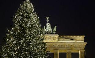 Un sapin de Noël devant la porte de Brandebourg, le 23 décembre 2017 à Berlin (Allemagne).