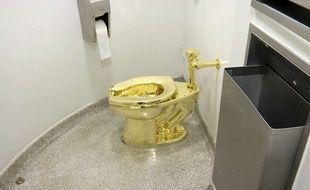 Des toilettes en or de l'artiste italien Maurizio Cattelan, une oeuvre baptisée «America» exposée au Guggenheim, à New York.