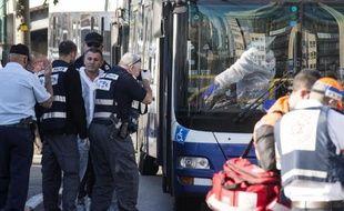 Des enquêteurs relèvent des indices sur les lieux d'une attaque par un Palestien qui a blessé plusieurs personnes au couteau dans un bus, le 21 janvier 2015 à Tel-Aviv