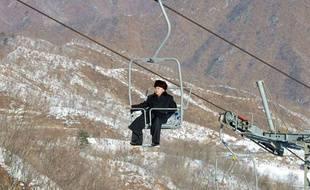 Kim  Jong-un dans un télésiège de la station de ski de Masik Pass, en Corée du Nord, le 31 décembre 2013.