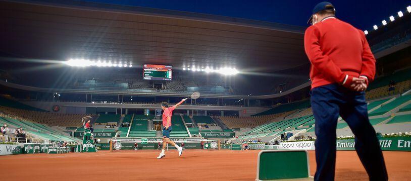 Roger Federer en night session lors de son 3e tour à Roland-Garros, le 5 juin 2021.
