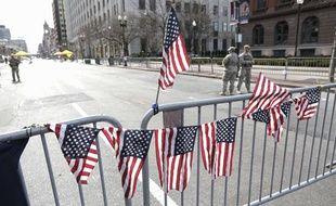 Des drapeaux américains fleurissent sur la ligne d'arrivée du marathon, où ont eu lieu les deux explosions le 15 avril 2013