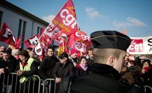 """Plusieurs centaines de personnes ont manifesté jeudi à Vesoul contre la politique du président Nicolas Sarkozy venu présenter ses voeux aux """"forces économiques"""" de la Nation et réclamé un plan de relance de l'automobile qui bénéficie aux salariés et non aux banques."""