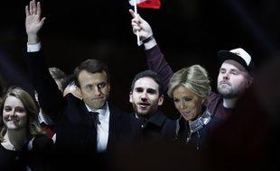 Morgan Simon, à droite de Brigitte Macron (casquette sur la tête) le 7 mai 2017 à Paris.