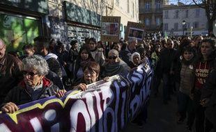Des Marseillais défilent en hommage aux victimes des effondrements d'immeubles rue d'Aubagne, il y a un an.