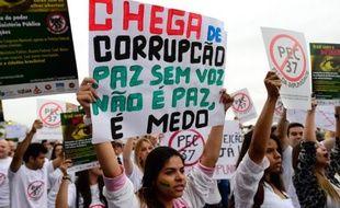 """L'ordre d'incarcération immédiate d'un député condamné pour malversations lancé mercredi par la Cour suprême du Brésil, une première en 25 ans, est un début de réponse au """"Basta!"""" de la rue contre la corruption, fléau qui ronge le pays depuis des décennies, selon des experts."""