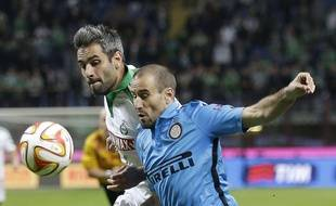 Loïc Perrin à la lutte avec Rodrigo Palacio lors du match aller. (AP Photo/Antonio Calanni)/XAC111/300317722906/1410232255