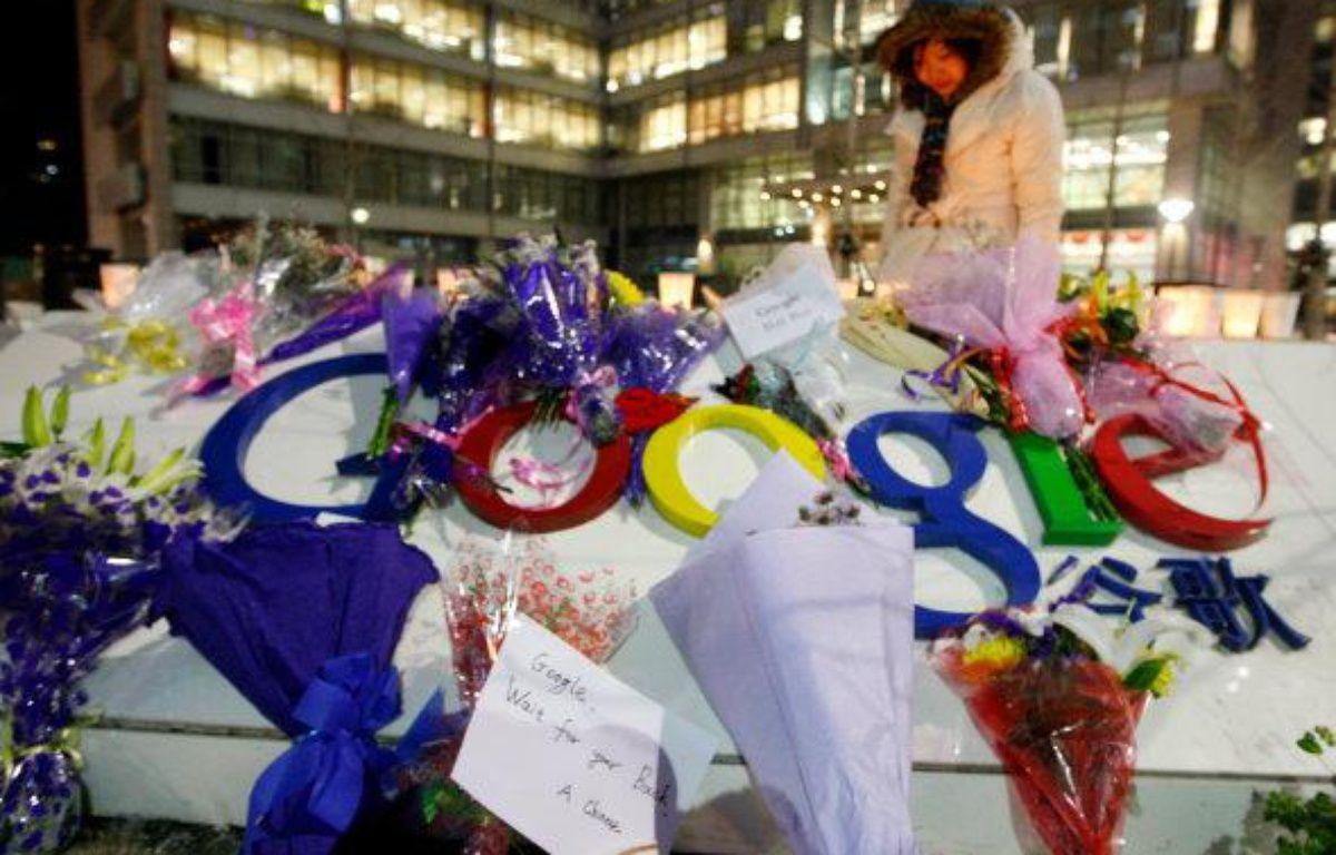 Le siège de Google à Pékin, couvert de fleurs après que l'entreprise a annoncé qu'elle ne comptait plus censurer les résultats de son moteur de recherche, le 12 janvier 2010 – REUTERS/J.LEE