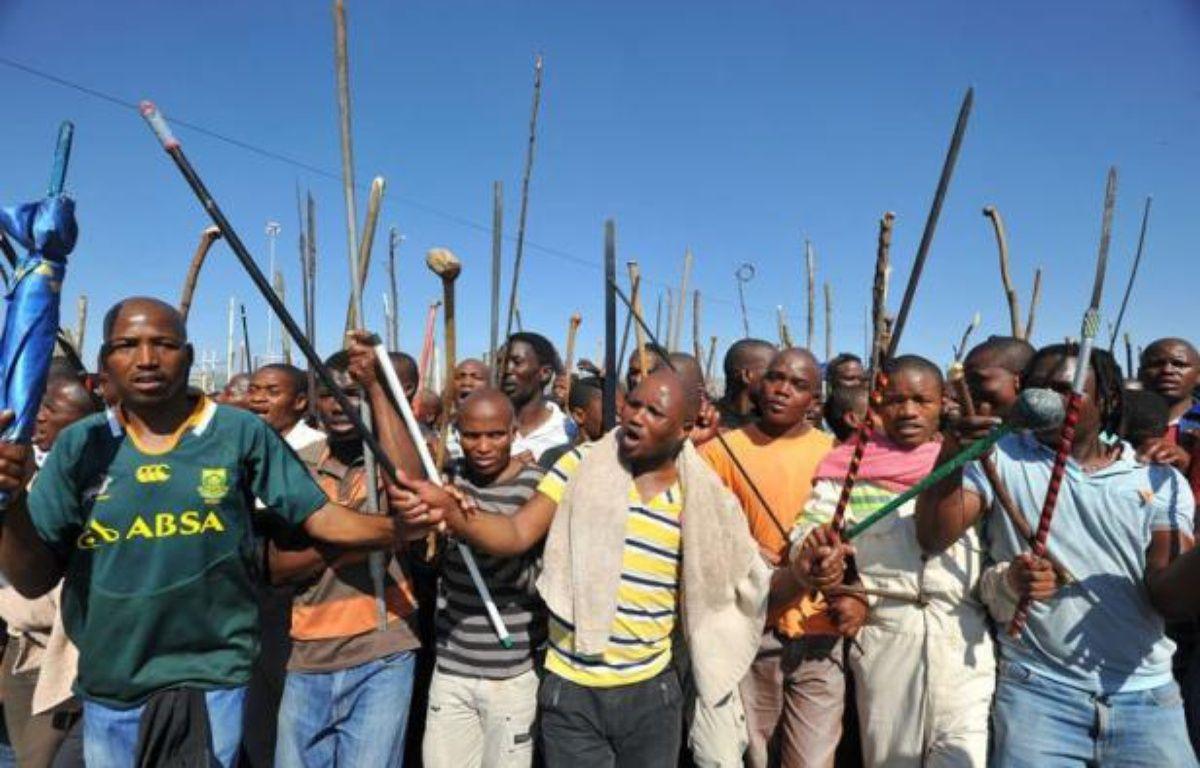 Un cadavre a été découvert mardi, portant à 45 morts le bilan du conflit social de Marikana, alors que le jeune tribun Julius Malema a exhorté les mineurs sud-africains à lancer une grève nationale de cinq jours par mois pour obtenir des augmentations de salaire. – Alexander Joe afp.com