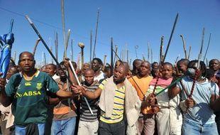 Un cadavre a été découvert mardi, portant à 45 morts le bilan du conflit social de Marikana, alors que le jeune tribun Julius Malema a exhorté les mineurs sud-africains à lancer une grève nationale de cinq jours par mois pour obtenir des augmentations de salaire.