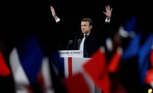 Emmanuel Macron, les bras en l'air, à son arrivée sur l'esplanade du Louvre où il avait réuni ses partisans ce dimanche 7 mai, soir du second tour.