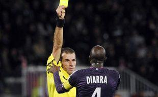 Alou Diarra bouscule l'arbitre Wilfried Bien, le 16 octobre 2010 à Auxerre.
