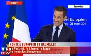 Capture d'écran d'une vidéo dans laquelle un journaliste italien pose une colle à Nicolas Sarkozy.