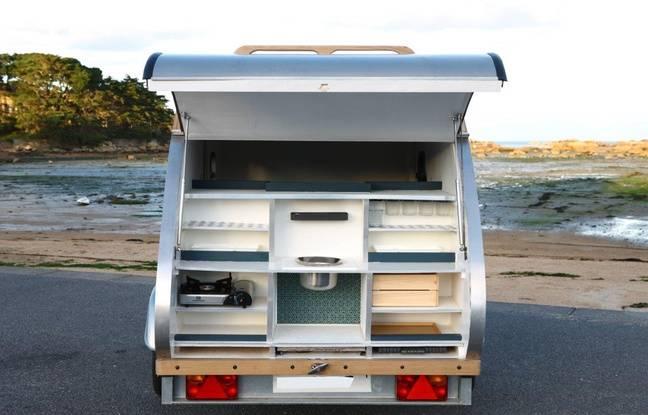 Le coffre de la caravane est aménagée en kitchenette.